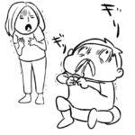 哺乳瓶用の乳首を歯でめいっぱい引っ張って遊ぶ息子。